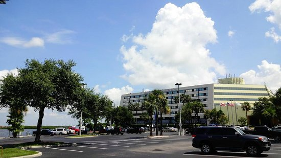 DoubleTree Suites by Hilton Tampa Bay: View of hotel from parking lot