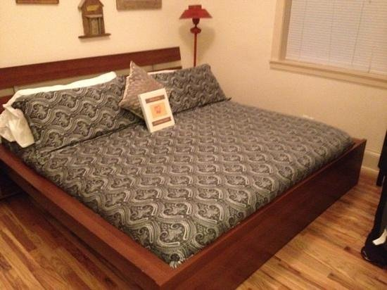 Ray's Bucktown Bed and Breakfast: chickadee room with king bed