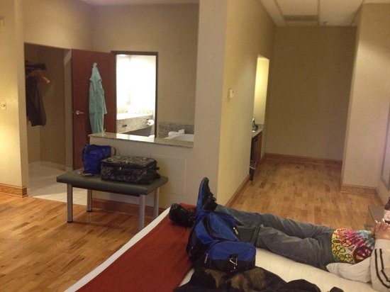 Holiday Inn Express Cleveland Downtown: King suite