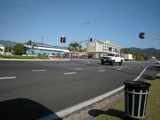 Cairns Sheridan Hotel: Waiting for a bus (opposite hotel)