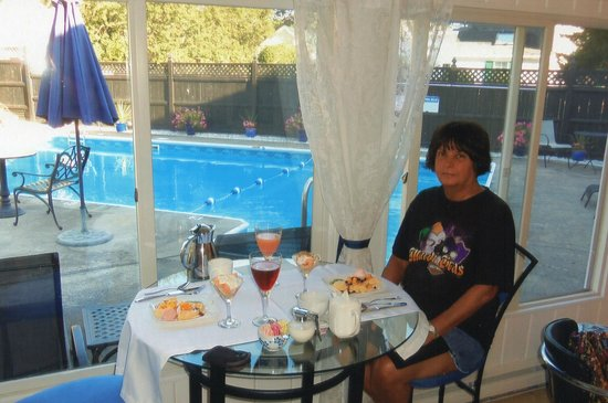 The Platinum Pebble Boutique Inn: Breakfast by the pool