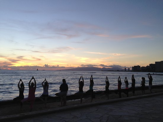 Beach yoga in hawaii top thing to do in honolulu for Places to do yoga