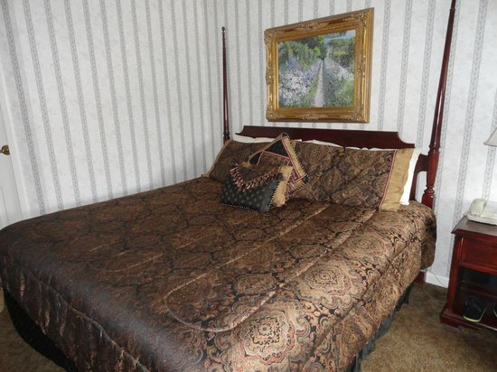 Meadowbrook Inn & Suites: king bed, poor pillows