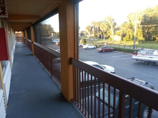Quality Inn & Suites Riverfront: The breezeway outside our room