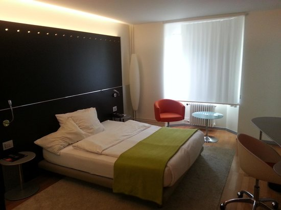 Bedroom photo de design hotel f6 gen ve tripadvisor for Hotel design f6 geneva