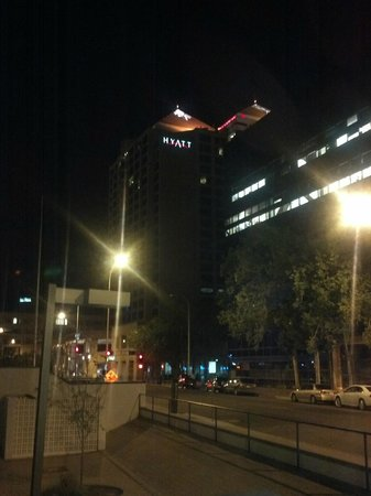 Hyatt Regency Albuquerque: Night time view from 5th St and Tijeras