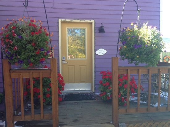 Abbett Placer Inn: Front entry with beautiful geraniums