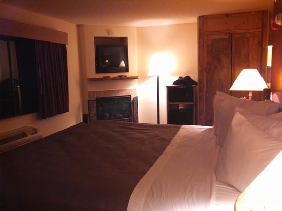 AmericInn Lodge & Suites Wisconsin Dells: King Jacuzzi/Fireplace Suite (Sleeping Area)