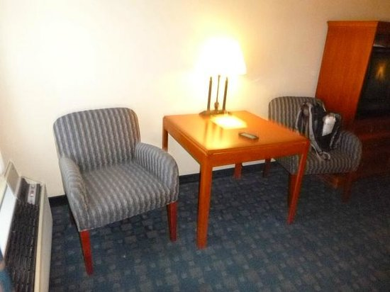 Tawas Bay Beach Resort: Room Table with Wing Chairs