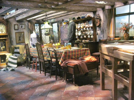 La maison des weasley photo de warner bros studio tour for Decoration maison harry potter
