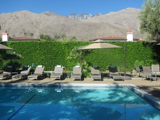 Pool with mountain view (80193101)