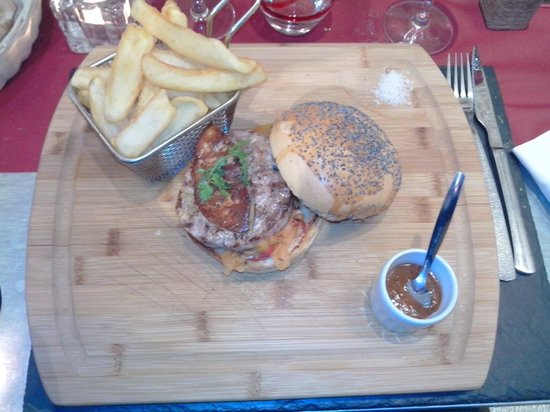 burger de canard et son foie gras po l photo de la petite auberge la rochelle tripadvisor. Black Bedroom Furniture Sets. Home Design Ideas