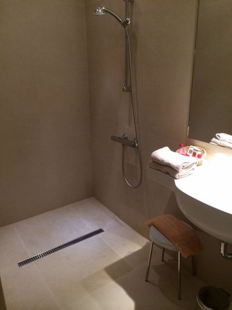 Douche italienne picture of hotel de la cite saint malo tripadvisor for Photo douche italienne