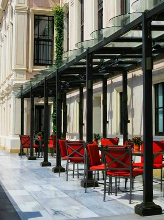 Four Seasons Istanbul at the Bosphorus: outdoor cafe