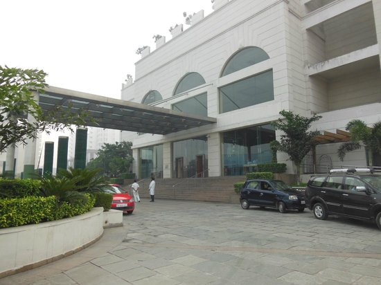 Piccadily Hotel New Delhi: The front entry area at the Hilton New Delhi