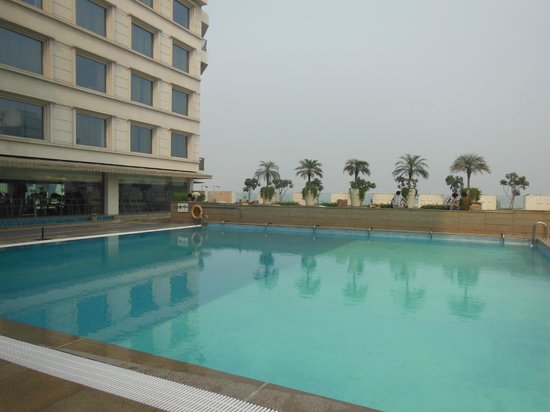 Piccadily Hotel New Delhi: The pool and fitness area are on the fourth level.
