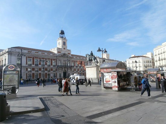 Puerta del sol picture of be live city center madrid for Reloj puerta del sol