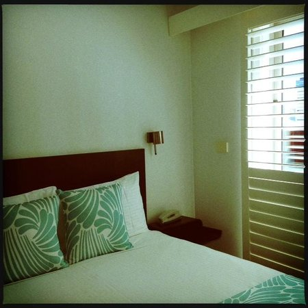 Alto Hotel on Bourke: Main room with Queen Bed, bathroom on this upper level