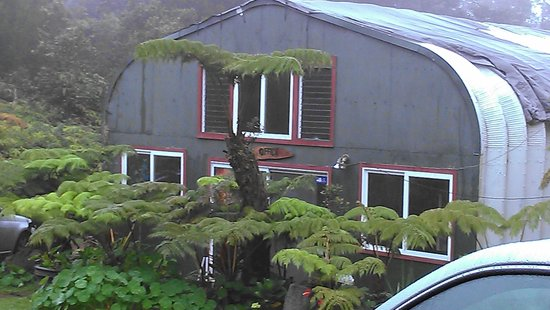 Aloha Crater Lodge: Office behind main house