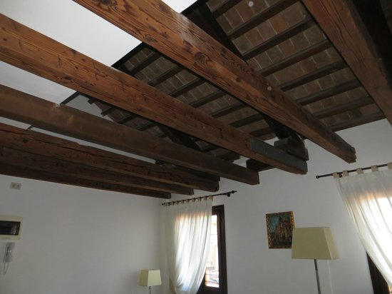Residence Corte Grimani: Ceiling of living room/bedroom (fold out sofa)