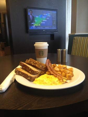 Courtyard Sandestin at Grand Boulevard: Fantastic breakfast at The Bistro with Starbucks Coffee