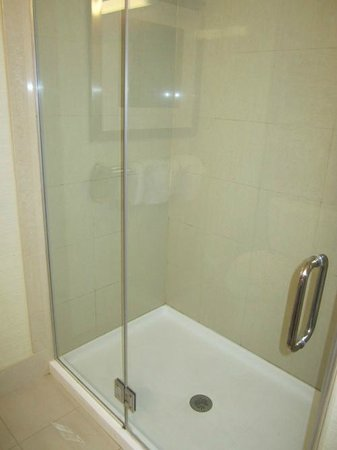 Courtyard York: The bathroom was fresh and clean.  I liked the glass shower doors (no tub)