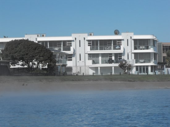 ‪Waimahana Luxury Lakeside Apartments‬