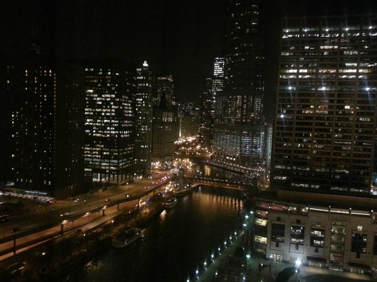 Can 39 t beat this night view of the chicago river picture for Beat hotel in chicago