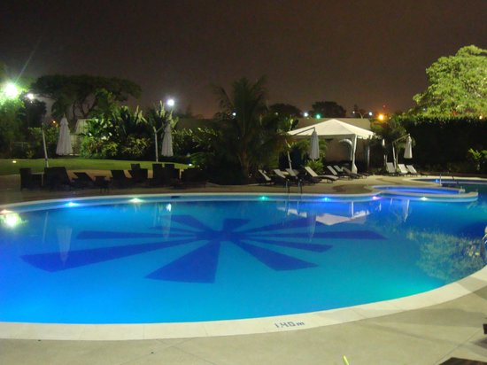 Piscina de noche picture of hesperia wtc valencia for Piscina de valencia