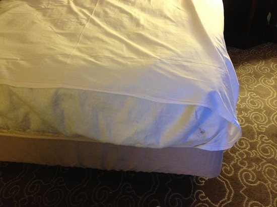 Hyatt Regency Coral Gables: Bed made with no fitted sheet