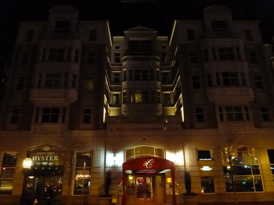 Hotel Commonwealth: Hotel in the evening