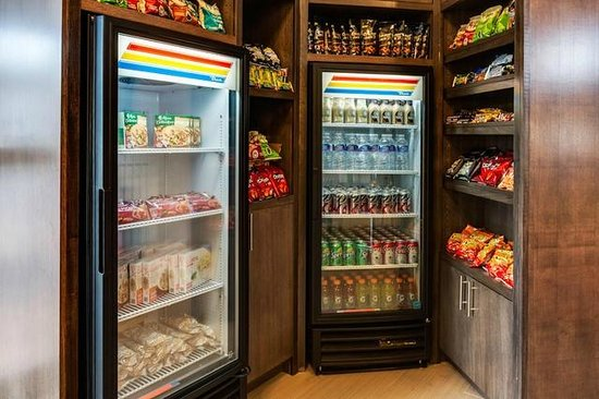 Holiday Inn Express & Suites Naples: Enjoy a snack from our Suite Shoppe!