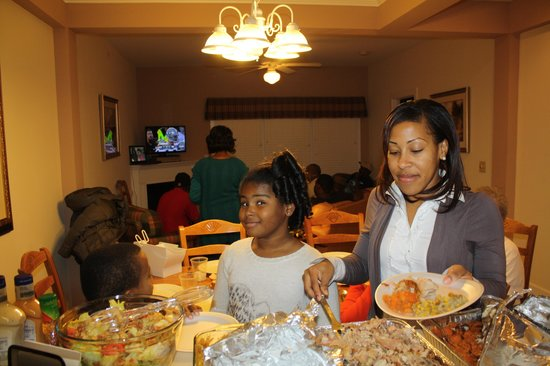 King's Creek Plantation Resort: Family enjoying the food and watching the game in The Townes
