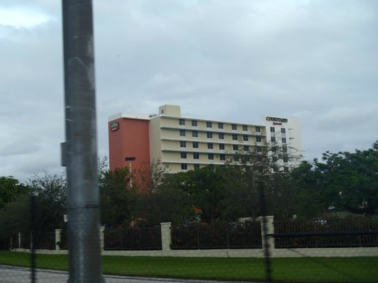 Courtyard by Marriott Miami Airport: Hotel from a distance....