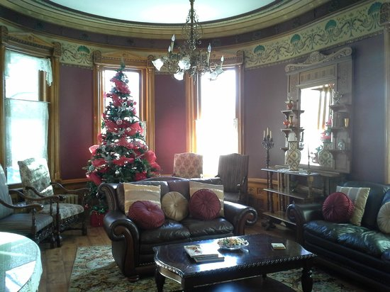 Armstrong Mansion Bed and Breakfast: The Mayor's Parlor (sitting room for guests)