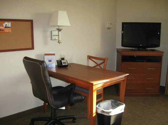 Candlewood Suites Burlington: Office area with wifi included