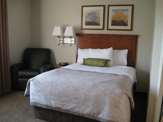 Candlewood Suites Burlington: Sleeping area with comfy chair