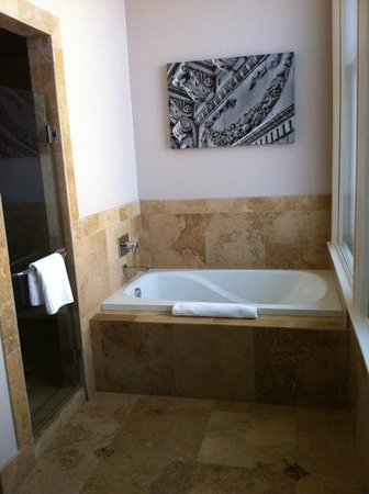 The Mining Exchange, A Wyndham Grand Hotel & Spa: Deep tub & double-headed shower