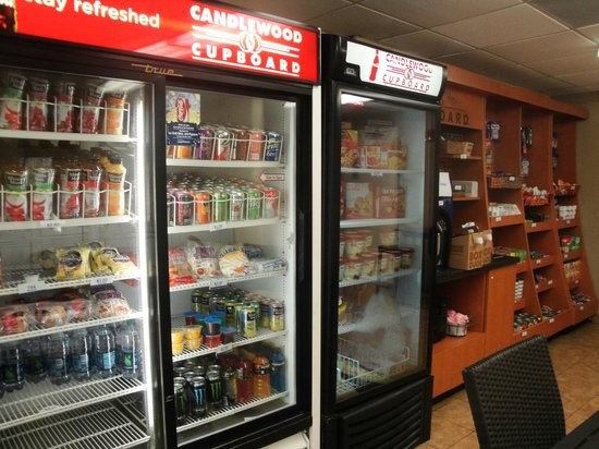 Candlewood Suites Miami Airport West: convenience store in laundry room