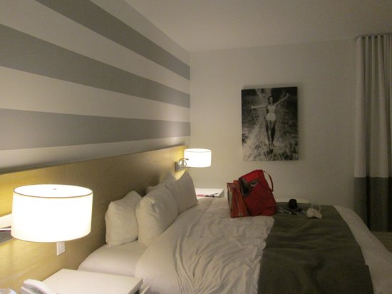 Pestana South Beach Art Deco Hotel: Bed and great color scheme. Simple and beautiful