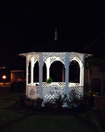 Mulligans Guest Lodge: Gazebo by night