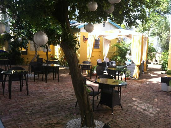 New Yorker Boutique Hotel: Cute patio to eat continental breakfast!