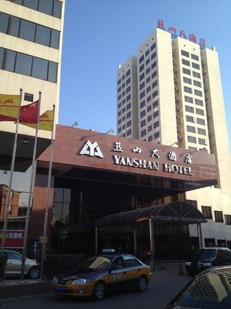 Beijing Yanshan Hotel: main entrance