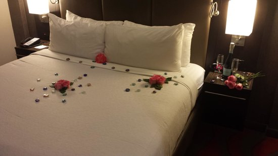 Holiday Inn NYC - Lower East Side: Beautiful decorations for our anniversary!