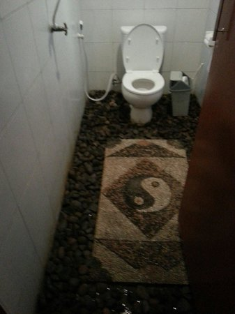 Coral Voice Home Stay and Bar: The dirty bathroom..
