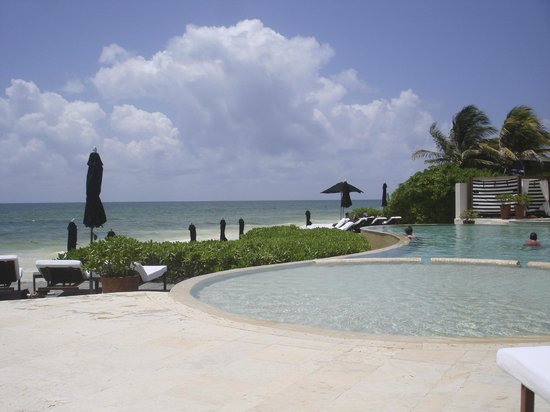 Rosewood Mayakoba: Lovely view of the private beach from the pool.