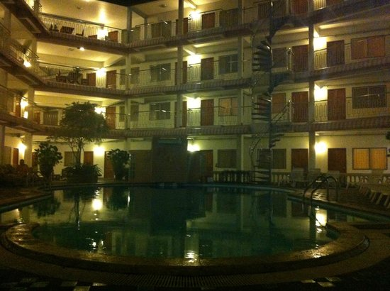Top North Hotel: Pool by night