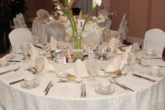 Wedding Table Setting - Picture of Hilton St. Louis Frontenac