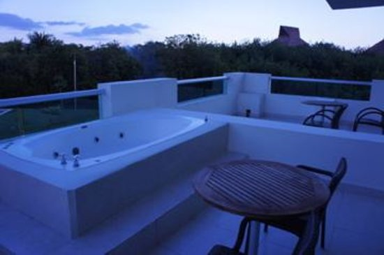 Jacuzzi in the 1br suite picture of bluebay grand for Blue bay grand esmeralda deluxe v jardin