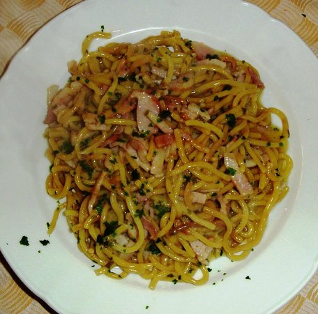 ... , Italia: Bigoli con pancetta e salvia / Pasta with bacon and sage
